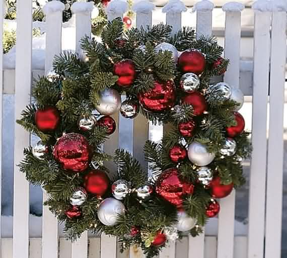 awesome-outdoor-christmas-wreaths-ideas-11