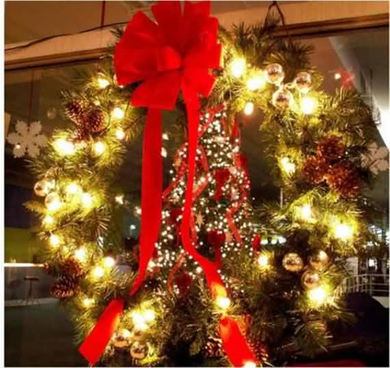 awesome-outdoor-christmas-wreaths-ideas-48
